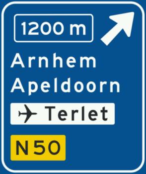 K2 Voorwegwijzer langs autosnelweg voor de afgaande richting, met afstandaanduiding, afritnummer, interlokale doelen, verwijzing naar vliegveld routenummer niet-autosnelweg